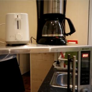 Il tostapane, la macchina del caffè,, il microonde